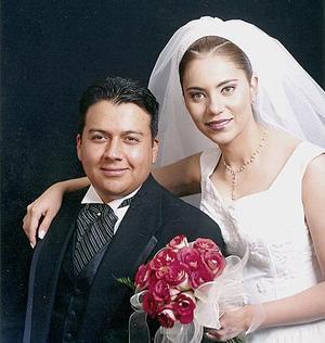 Ing. Flavio César de Robles Valenzuela y Lic. Sandra Verónica Mesta Márquez contrajeron matrimonio religioso en la iglesia Sagrado Corazón de Jesús en Ciudad Lerdo, Dgo., el sábado 27 de marzo de 2004.