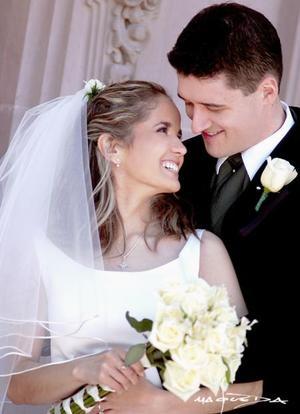 Sr. John Robert Domurat y Srita. Véronica Tostado Viesca contrajeron matrimonio religioso en la parroquia Los Ángeles el sábado 14 de febrero de 2004.