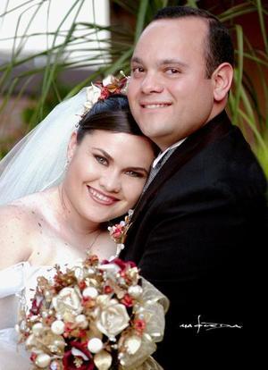 Sr. Marco Antonio Morán Pérez y Srita. Ana Lucia Villarreal Torre recibieron la bendición nupcial en la parroquia Los Ángeles el sábado 27 de marzo de 2004.