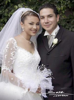 Ing. Aquiles Aurelio González Cansino y C.P. Claudia Leonor Sámago García contrajeron matrimonio en ceremonia religiosa efectuada el viernes 19 de marzo de 2004.