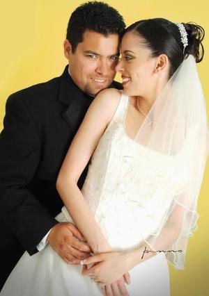 Lic. Adrián Martínez Morales y C.P. Claudia Verónica Herrera Martínez contrajeron matrimonio religioso en la parroquia de La Inmaculada Concepción el 27 de marzo de  2004.