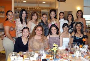 Marcela salazar Alcalá acompañada por un grupo de amistades, en su rpimera despedida de soltera.