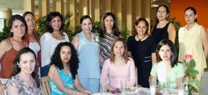 Mónica Turcios de Se la Rosa, en compañia de un grupo de asistentes a su fista de canastilla.