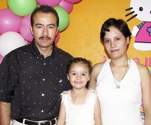 Jackeline Moreno Flores con sus papás, Eduardo Moreno y AMrgarita Flores de Moreno, en la fiesta que le organizaron por su tercer cumpleaños.