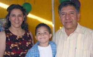 Rubén Díaz Rentería con su mamá, Mónica Rentería y con su abuelito, Juan Rentería, en el festejo que le prepararon en días pasados por su cuarto cumpleaños.