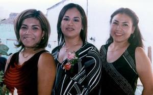 Blanca Liliana Reyes Aceves con las anfitrionas de su despedida de soltera, Cuquis Corral de Reyes de Ivonne Tapia de Reyes.
