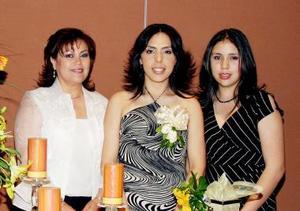 La futura contrayente en compañia de María Luisa Hernández de  Ávalos y Denisse Ávalos Hernández.