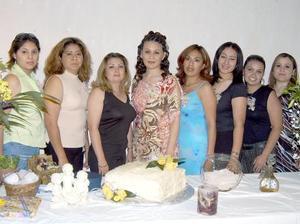 Beatriz Mireles Pámanes, acompañada de algunas de las asistentes a su despedida de soltera.