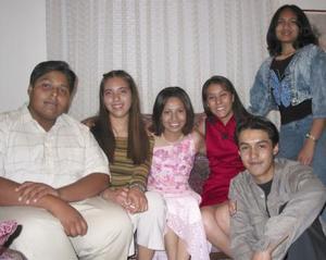 Ileana Romero acompañada de algunos de invitados a su festejo.