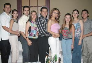 Julián Moreno Zenteno y Elba Ileana Chavarría Martínez recibieron numerosas felicitaciones, en la despedida de solteros que les ofrecieron sus amigos.