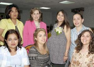 Lourdes Tello de Ciprés, con un grupo de amigas invitadas a su fiesta de canastilla.