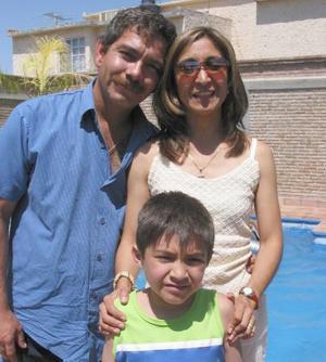 Ricardo Daniel Escudero Reza en compañía de sus papás, Ricardo escudero e Irma Reza, en la fiesta que le organizaron por su cumpleaños.