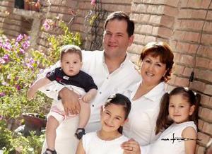 C.P. Juan Manuel Flores González y Sra. Lucy Duarte de Flores celebraron el pasado 16 de abril de 2004 su décimo aniversario de matrimonio, acompañados por sus hijos Frida Sofía, Ana Isabel y Juan Manuel.