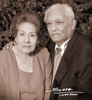 Sr. carlos García Mena y Sra. Alicia García, captaods en una fotografía de estudio con motivo de la celebración de su 50 aniversario de bodas de oro matrimoniales.
