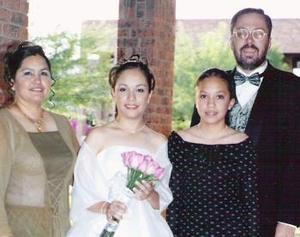 <u><b> 09 de mayo </u> </b><p> Srita. Mariana Hurtado de la Cruz el día de su fiesta de quince años en compañia de sus papás, Juan José Hurtado Izaguirre y Leticia de la Cruz de Hurtado y su hermana Cecilia Hurtado.
