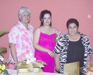 Maribel Mireles Rentería acompañada de Lourdes Rentería y Eloísa López, organizadoras de su despedida de soltera.