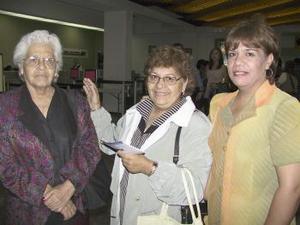 Elvira Martínez regresó a Tijuana y fue despedida por Elena Martínez y Paquita Escareño.