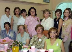 Dulce María González de Esquivel, acompañada de las asistentes a su fiesta de regalos.