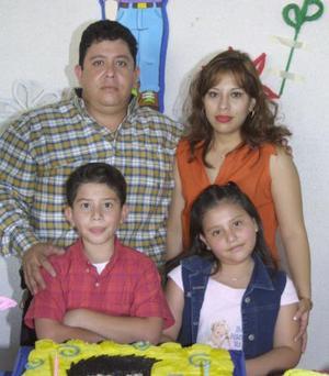 Jesús Andrés y Mariana Elizabeth junto a sus papás, en el convivio infantil que les organizaron por sus respectivos cumpleaños.