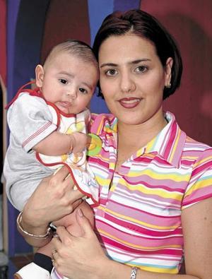 Patricia de Sotomayor con su pequeñito Jersón.