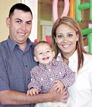 El pequeño Walter Contreras Estrada con sus papás, Walter Contreras y Claudia Estrada de Contreras