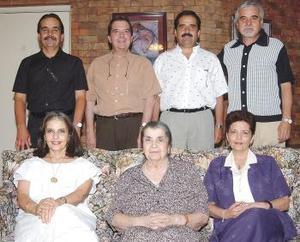 Doña María Estela Garza de Del Bosque rodeada de sus hijos, Estela. Cecilia, César, Alejandro, Homero, Mauricio y José de Jesús