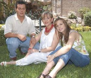 <u><b> 10 de mayo </u> </b><p> Rocío Villarreal de Juan Marcos y sus hijos Antonio y Rocío