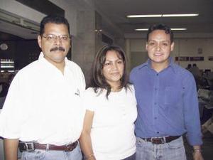 <u><b> 10 de mayo </u> </b><p>  José Ángel Vega fue recibido por Romario Martínez y Rosario Vega, a su llegada del D.F.