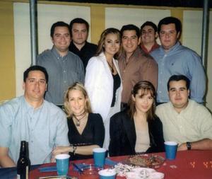 Elba Ileana Chavarría Martínez y Julían Montoya Zenteno, en compañia de sus amigos en la despedida de solteros que les organizaron por su próximo matrimonio.