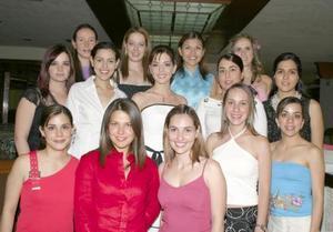 Fernanda Ortiz Woolfolk, en su despedida de soltera acompañada de algunas invitadas.