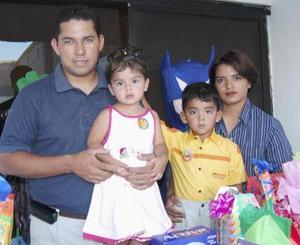 <u><b> 11 de mayo </u> </b><p> María Fernanda y Juan Alberto Sánchez Acevedo, acompañados de sus papás Juan Alberto Sánchez y Susana Acevedo, en la fiesta infantil que les organizaron por sus respectivos cumpleaños.