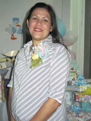 <u><b> 12 de mayo </u> </b><p> Lialia Ochoa de Fuantos recibió sinceras felicitaciones, en la fiesta de regalos que se le ofreció en días pasados.