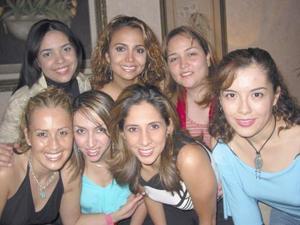 Elva Ileana Chavarría Martínez en compañia de sus amigas en la despedida que le ofrecieron en días pasasdos.