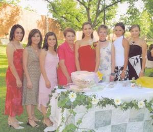 <u><b> 12 de mayo </u> </b><p> La festejada en compañia de Leonor Robles de Sánchez, Cristy Robles Olhagaray, Ileana Robles de Carrasco, Leonor Olhagaray de Robles, María Magdalena Ramírez de Romo, Malena y Meche Romo Ramírez.