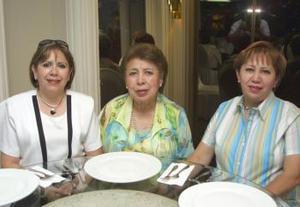<u><b> 12 de mayo </u> </b><p> Perlita Ramos de Velasco, Ofelia Rubio de Ramos y Lupita Ramos Flores.