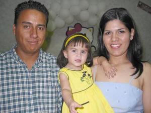 <u><b> 13 de mayo </u> </b><p> Ariadne Hernández Delgado acompañada de sus papás, Jesús Hernández Andrade y Adriana Delgado de Hernández, en  la fiesta de cumpleaños que le ofrecieron en días pasados.
