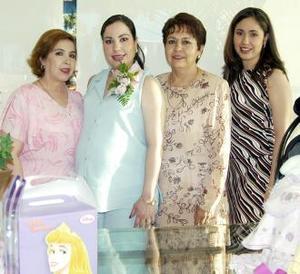 Mónica Turcios de De la Rosa en compañía de Ana María de Trucios, Yolanda de De la Rosa y Betty Turcios, en la fiesta de regalos que le ofrecieron en días pasados..