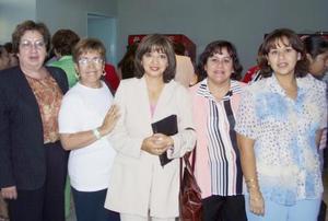 <u><b> 14 de mayo </u> </b><p>  María Concepción Díaz, Norma Montoya, Ana Mendoza, Lili Martínez y Yolanda Martínez, en pasado acontecimiento social.
