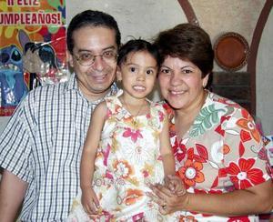 Mariana Mendoza Mejía acompañada de sus papás, Antonio Mendoza y María de Jesús Mejía de Mendoza, en su fiesta de cumpleaños ofrecida en días pasados