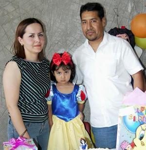 <u><b> 14 de mayo </u> </b><p> Michell García Arrañaga en compañía de sus papás, Javier García Villalpando y Cristina Arrañaga de García, en su festejo de cumpleaños.