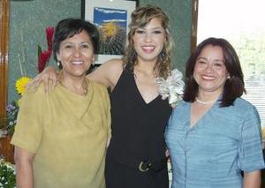 Elisa Huerta Salcido acompañada de las organizadoras de su despedida, María de la Luz Olivia Huerta y Esperanza Espíndola de Pérez.