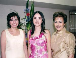 Katia Carrete Montes en compañía de Marcela Montes y Titina VIllar de Callau.