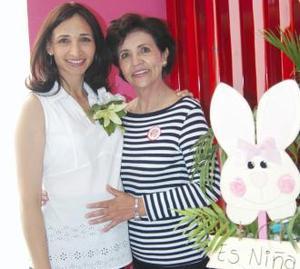 Imelda Vargas de Babrikowski acompañada de su mamá, María del Rosario Contreras, en la fiesta de regalos que le ofreció por el próximo nacimiento de su bebé.