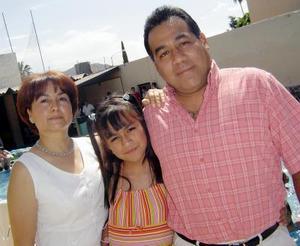 Astrid Acompañada de sus papás, Graciano Martínez Borrego y Coco Hernández de Martínez.