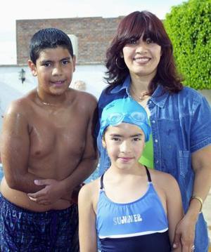 Gretel Estefanía de Alba Morales acompañada de su mamá, Fanny Morales y de su hermano, Gerardo de Allba, en pasado acontecimiento social.