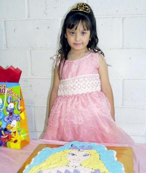 Karen Deniss Salinas Flores, captada en la festa infantil que le ofrecieron sus papás, con motivo de sus cinco años de vida.