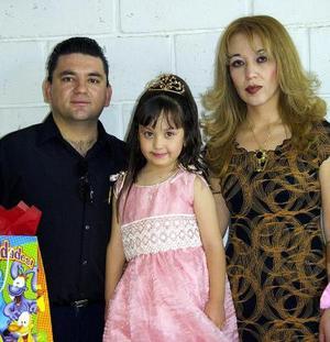 Karen Denisse Salinas Flores en compañia de sus papás, Jorge Luis y Zulma Karina Flores en su fiesta de cumpleaños.