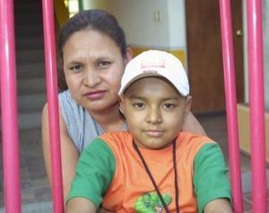María Guadalupe en compañía de su hijo Carlos ernanado Picasso.