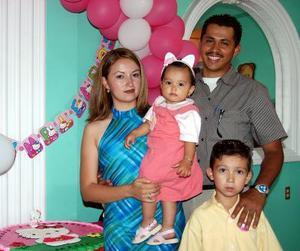 Odalis Guadalupe Barrón de Luna en compañia de susu papás, Alonso Barrón y guadalupe de Luna y de su hermano, en su festejo de cumpelaños.
