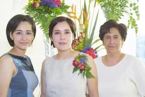 Dra. Lidia Berenice Chávez Soto con las anfitrionas de su despedida de soltera, su mamá Lidia Soto de Chávez y su hermana Doriam Chávez de Ortega.
